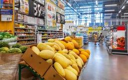 Moskwa Rosja, SIERPIEŃ, - 26: Centrum handlowe Lenta dalej Zdjęcia Stock