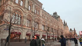 MOSKWA ROSJA, STYCZEŃ, - 1, 2017: Boże Narodzenia Ludzie chodzi blisko pięknie dekorować wewnątrz choinek na placu czerwonym zbiory
