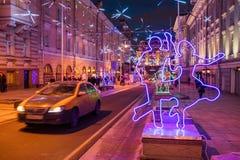 MOSKWA ROSJA, STYCZEŃ, - 25, 2016: Dmitrovka ulica, dekoracja i iluminacja dla wakacji, nowego roku i bożych narodzeń Zdjęcia Royalty Free