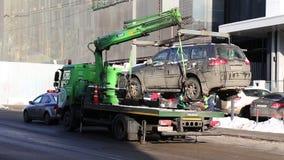 MOSKWA ROSJA, Styczeń, - 25, 2018: Holownicza ciężarówka podnosi czarnego SUV na platformie dla łamać reguły opłacony opłata drog zdjęcie wideo