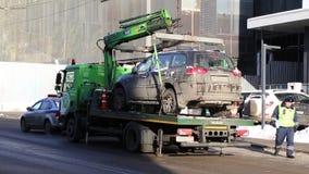 MOSKWA ROSJA, Styczeń, - 25, 2018: Holownicza ciężarówka podnosi czarnego SUV na platformie dla łamać reguły opłacony opłata drog zbiory