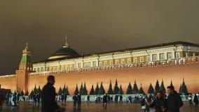 MOSKWA ROSJA, STYCZEŃ, - 1, 2017: Moskwa Zima Mnóstwo zadowoleni ludzie są odpoczynkowi, spacerujący wzdłuż placu czerwonego zbiory
