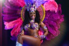 MOSKWA, ROSJA STYCZEŃ 2017: Piękny jaskrawy kolorowy karnawałowy kostium iluminował sceny tło Samba tancerza biodra Obrazy Stock