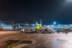 Moskwa Rosja, Styczeń, - 29, 2017: samolot po lądować przy lotniskowym Domodedovo Zdjęcia Stock