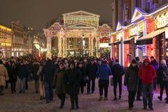 Moskwa Rosja, Styczeń, - 2 2019 wakacyjni spacery moskwiczaniny i goście podczas Bożenarodzeniowego festiwalu obraz royalty free