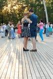 Moskwa, Rosja, 25 06 2016: Taniec szkoła przy VDNKh tła szczęśliwy odosobniony mężczyzna nad ludźmi białych kobiet młodych Zdjęcie Stock