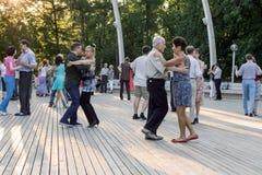 Moskwa, Rosja, 25 06 2016: Taniec szkoła przy VDNKh tła szczęśliwy odosobniony mężczyzna nad ludźmi białych kobiet młodych Zdjęcie Royalty Free