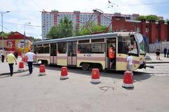 MOSKWA, ROSJA - 15 06 2015 Tramwaj przejażdżki na poręczach Każdy dzień iść na miasta 1.000 tramwajach Obraz Royalty Free
