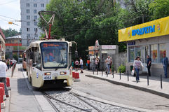 MOSKWA, ROSJA - 15 06 2015 Tramwaj przejażdżki na poręczach Każdy dzień iść na miasta 1.000 tramwajach Fotografia Stock