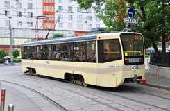 MOSKWA, ROSJA - 15 06 2015 Tramwaj przejażdżki na poręczach Każdy dzień iść na miasta 1.000 tramwajach Zdjęcia Royalty Free