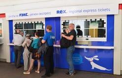 MOSKWA, ROSJA - 17 06 2015 wnętrze Kazansky stacja kolejowa terminal kupować taborowych bilety Obrazy Stock