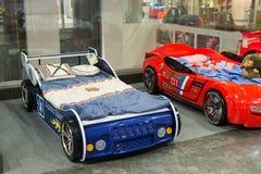 MOSKWA, ROSJA - 24 09 2015 Wnętrze sklepowy Hoff - jeden wielka Rosyjska meblarska sieć Łóżka polowe w postaci samochodu Zdjęcia Royalty Free