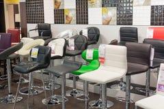 MOSKWA, ROSJA - 24 09 2015 Wnętrze sklepowy Hoff - jeden wielka Rosyjska meblarska sieć Barów krzesła Obrazy Stock