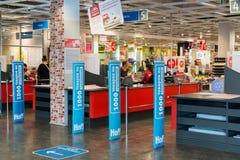 MOSKWA, ROSJA - 24 09 2015 Wnętrze sklepowy Hoff - jeden wielka Rosyjska meblarska sieć Wejściowy i gotówkowy biurko Obrazy Stock
