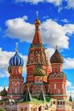 Moskwa Rosja, Wrzesień, - 30, 2018: Architektura St basila katedra w słonecznym dniu na tle niebieskie niebo z białymi clo obraz stock