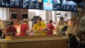 Moskwa Rosja, Wrzesień, - 16, 2017: Kierownik w McDonald ` s sprawdza czeka i wydaje rozkaz klient zbiory wideo