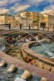MOSKWA ROSJA, Wrzesień, - 18, 2017: Ludzie przy fontanną dalej Zdjęcia Stock