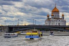 Moskwa Rosja, Wrzesień, - 30, 2018: Przyjemności łodzie unosi się na Moskva rzece pod Bolshoy Kamennyi mostem na tle zdjęcia stock