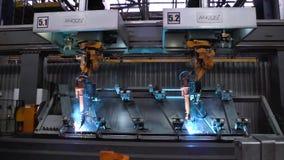 Moskwa Rosja, Wrzesień, -, 2018: Spawalniczych robotów ruch w samochodowej fabryce scena Ruch robot gdy spawający z zdjęcie stock