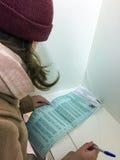MOSKWA ROSJA, WRZESIEŃ, - 18, 2016: Wyborców głosowania w bucie Zdjęcie Stock