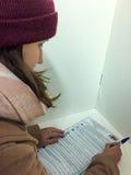MOSKWA ROSJA, WRZESIEŃ, - 18, 2016: Wyborców głosowania w bucie Obrazy Stock