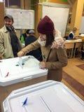 MOSKWA ROSJA, WRZESIEŃ, - 18, 2016: Wyborca stawia tajne głosowanie ja Fotografia Stock