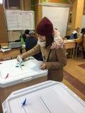 MOSKWA ROSJA, WRZESIEŃ, - 18, 2016: Wyborca stawia tajne głosowanie ja Zdjęcia Stock