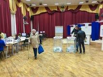 MOSKWA ROSJA, WRZESIEŃ, - 18, 2016: Wyborca stawia tajne głosowanie ja Obrazy Royalty Free
