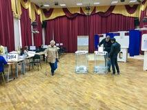 MOSKWA ROSJA, WRZESIEŃ, - 18, 2016: Wyborca stawia tajne głosowanie ja Zdjęcie Stock
