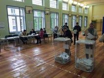 MOSKWA ROSJA, WRZESIEŃ, - 18, 2016: Wyborca stawia tajne głosowanie ja Fotografia Royalty Free