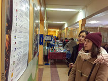 MOSKWA ROSJA, WRZESIEŃ, - 18, 2016: Wyborcy egzamininują listę Zdjęcia Royalty Free
