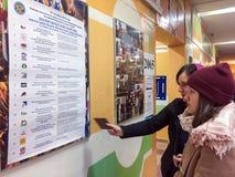 MOSKWA ROSJA, WRZESIEŃ, - 18, 2016: Wyborcy egzamininują listę Fotografia Royalty Free