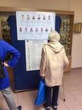 MOSKWA ROSJA, WRZESIEŃ, - 18, 2016: Wyborcy egzamininują listę Fotografia Stock