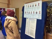 MOSKWA ROSJA, WRZESIEŃ, - 18, 2016: Wyborcy egzamininują listę Zdjęcie Stock