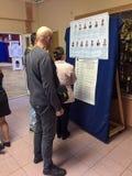 MOSKWA ROSJA, WRZESIEŃ, - 18, 2016: Wyborcy egzamininują listę Obraz Royalty Free