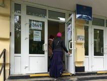 MOSKWA ROSJA, WRZESIEŃ, - 18, 2016: Wyborcy wchodzić do ankietuje stat Zdjęcia Royalty Free