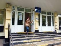 MOSKWA ROSJA, WRZESIEŃ, - 18, 2016: Wyborcy wchodzić do ankietuje stat Obraz Royalty Free
