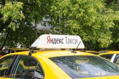Moskwa, Rosja: Yandex taxi znak na dachu samochód Obraz Stock