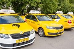 Moskwa, Rosja: Yandex taxi znak na dachu samochód Zdjęcie Stock