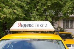 Moskwa, Rosja: Yandex taxi znak na dachu samochód Zdjęcia Royalty Free