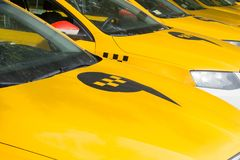 Moskwa, Rosja: Yandex taxi znak na dachu samochód Fotografia Stock