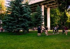 Moskwa, Russia-06 01 2019: cheerleaders trenuje w parku na trawie obrazy royalty free