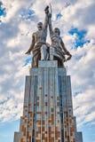 MOSKWA, RUSSIA-JULY 18,2016; Radziecki pomnikowy pracownik i Wspólna Rolna dziewczyna w Moskwa Autor Mukhina Vera Zdjęcie Royalty Free