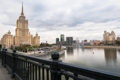 Moskwa Rzeczny i swój bulwary Widok od Novoarbatskiy mosta Sławny drapacz chmur poprzedni Radziecki hotelowy ` Ukraina ` Zdjęcie Royalty Free