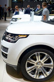 MOSKWA - 29 08 2014 - Samochodu Moskwa samochodu Powystawowego Międzynarodowego salonu drogi biali pojazdy stoi z rzędu Zdjęcia Royalty Free
