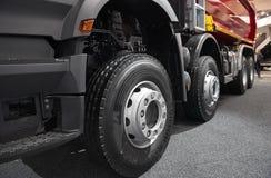 MOSKWA, SEP, 5, 2017: Widok na Volvo ciężarówce toczy i męczy Ciężarowy koło obręcz Ciężarowy podwozie eksponat na Handlowego tra Zdjęcia Stock