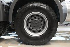 MOSKWA, SEP, 5, 2017: Widok na Volvo ciężarówki tylni axle toczy i męczy Ciężarowy koło obręcz Ciężarowy podwozie eksponat na Han Zdjęcie Royalty Free