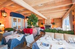MOSKWA, SIERPIEŃ - 2014: Luksusowa wewnętrzna Śródziemnomorska prętowa restauracja Zdjęcia Stock
