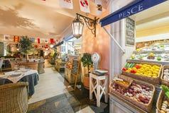 MOSKWA, SIERPIEŃ - 2014: Luksusowa wewnętrzna Śródziemnomorska prętowa restauracja Zdjęcie Stock