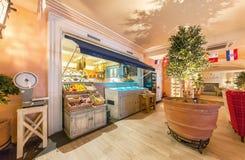MOSKWA, SIERPIEŃ - 2014: Luksusowa wewnętrzna Śródziemnomorska prętowa restauracja Obrazy Stock